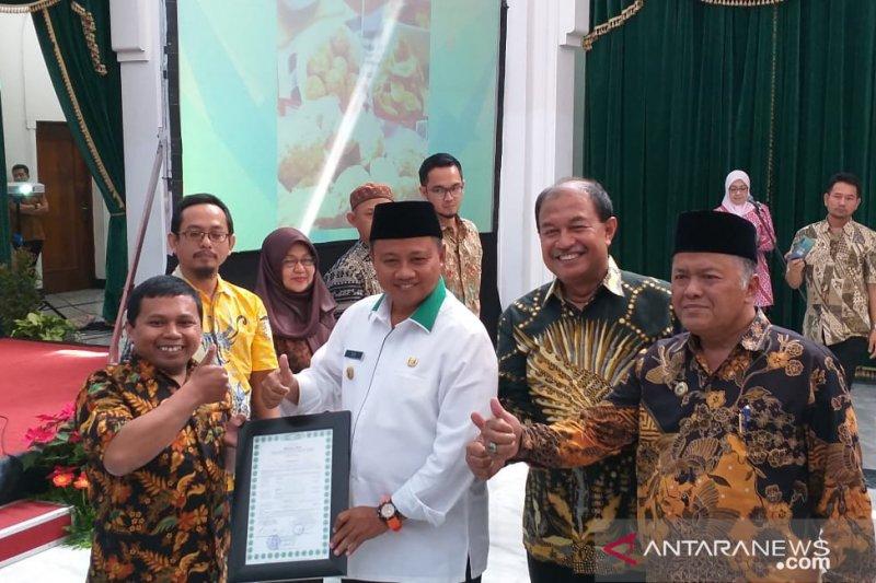 Pemprov Jabar serahkan 300 sertifikat halal ke IKM