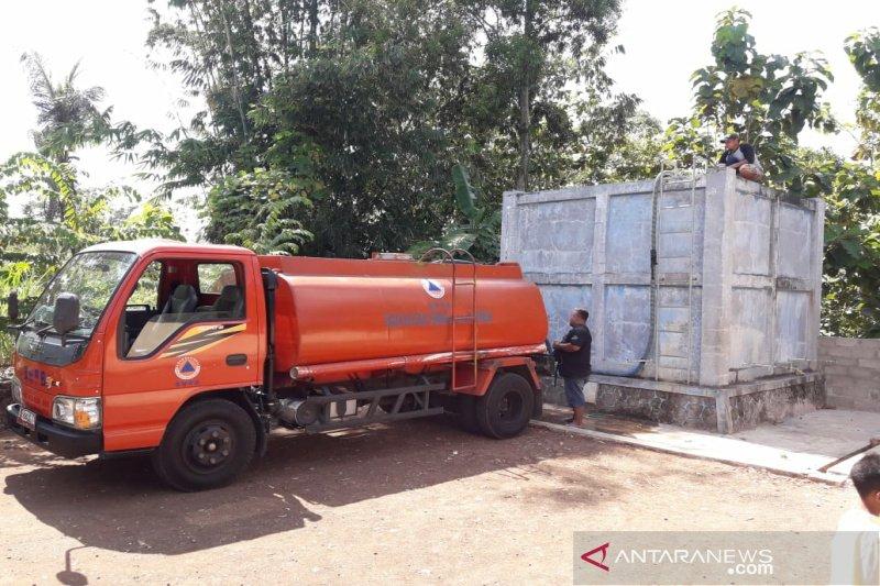 BPBD Gunung Kidul mendistribusikan ratusan tangki air bersih