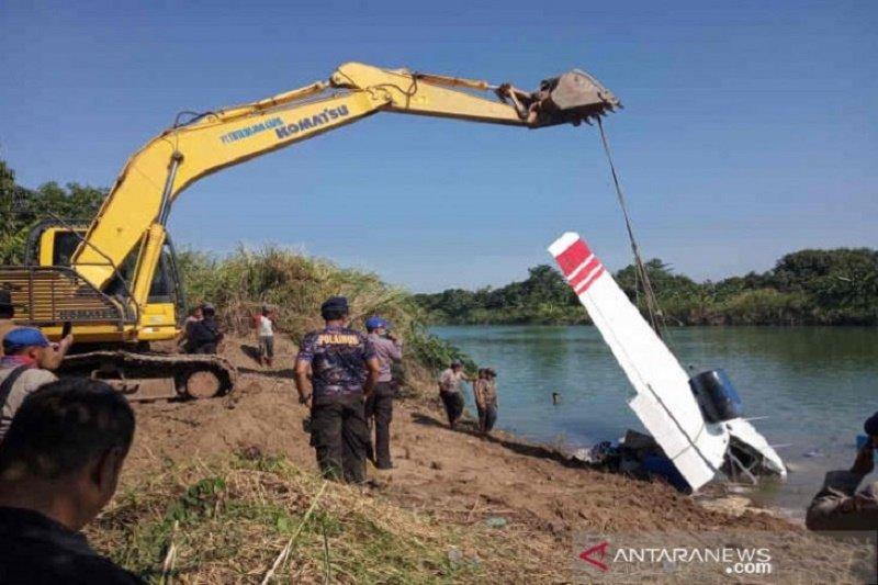 Petugas berhasil angkat bangkai pesawat dari dasar Sungai Cimanuk