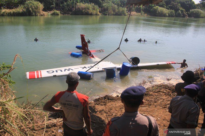 Evakuasi pesawat latih yang jatuh di Sungai Cimanuk
