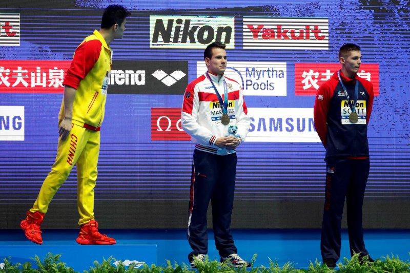 Perenang Inggris Duncan Scott acuhkan Sun Yang di podium