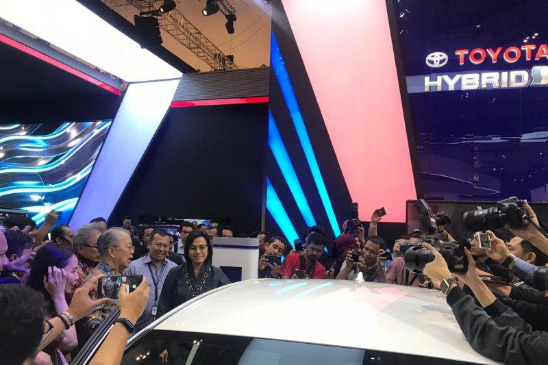 Menkeu Sri Mulyani coba Toyota Prius PHV di GIIAS 2019