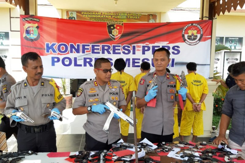 Polisi Mesuji sita puluhan senjata api rakitan