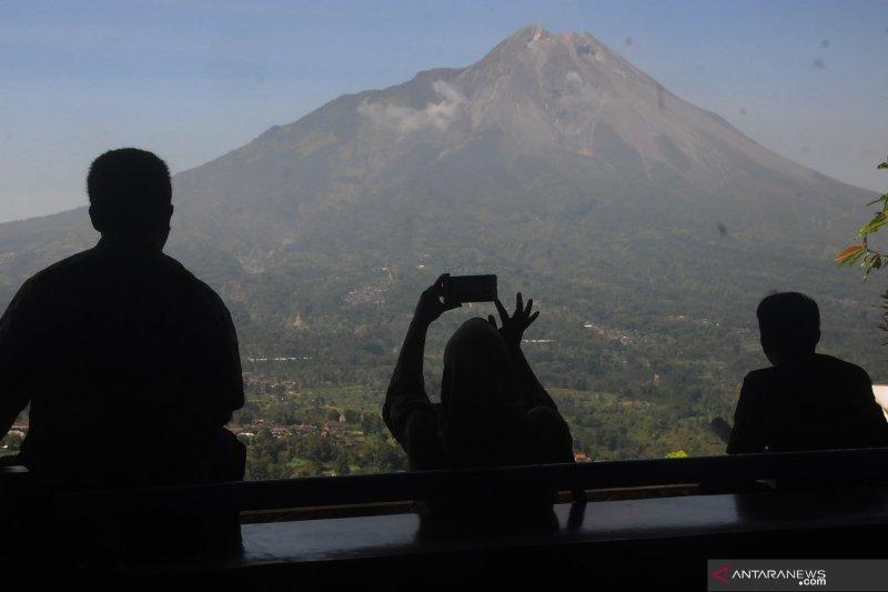 Awan panas guguran meluncur dari Gunung Merapi