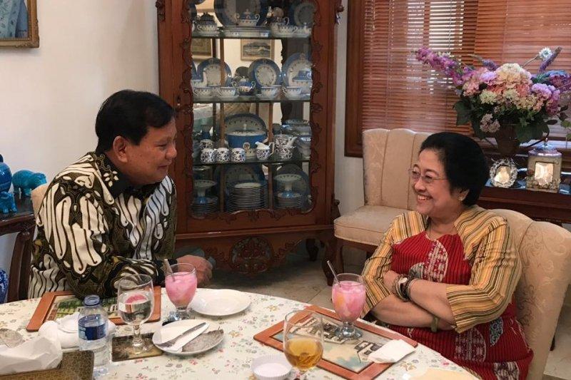 Mega dan Prabowo bincang empat mata sambil nikmati es klamud
