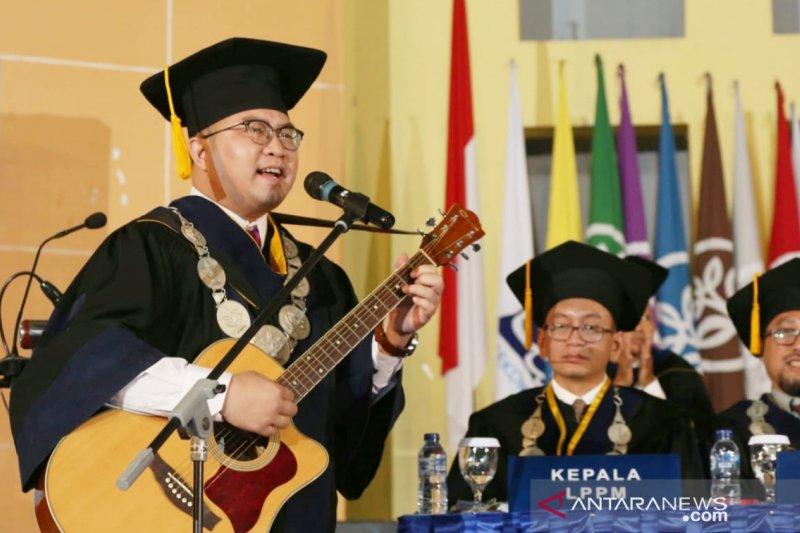Rektor IPB aksi main gitar saat memimpin wisuda sekolah vokasi