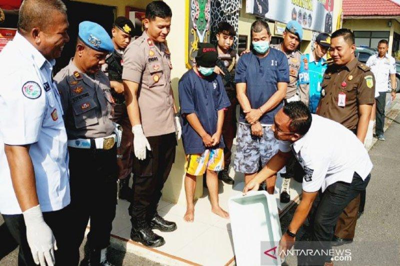 Dua tersangka saksikan sabu senilai Rp315 juta dibuang ke selokan
