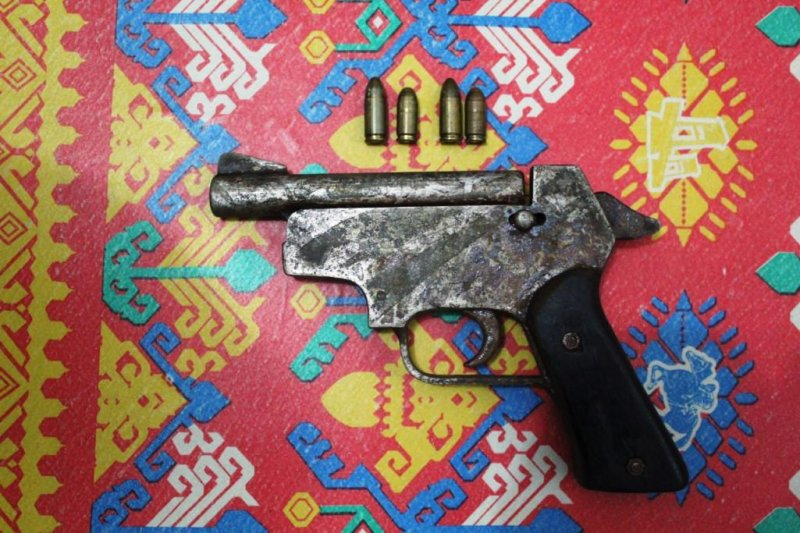 Warga Arso serahkan senjata api rakitan kepada Yonif 725/WRG