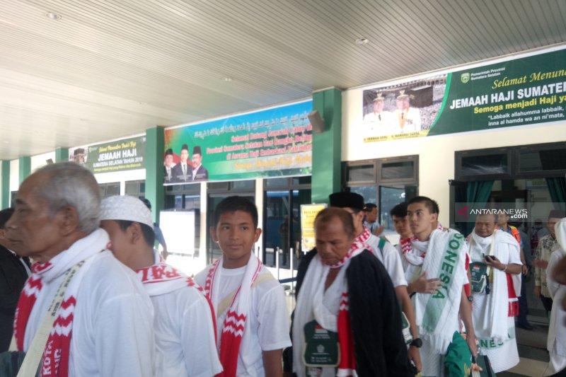 Dua anggota kloter pertama jemaah haji Embarkasi Palembang belum bisa pulang