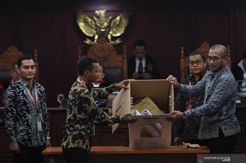 Majelis Hakim perintahkan KPU buka kotak suara di Sidang PHPU Pileg 2019