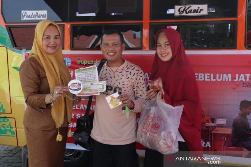 Bapenda Riau bagikan roti dan kopi gratis di razia pajak kendaraan