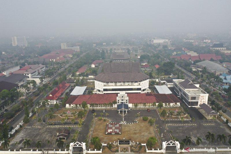 Pindah ibu kota Indonesia, berlari dari gempa ke asap pekat kebakaran hutan