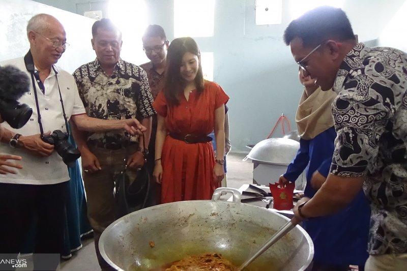 Pakar kuliner William Wongso cicipi rendang