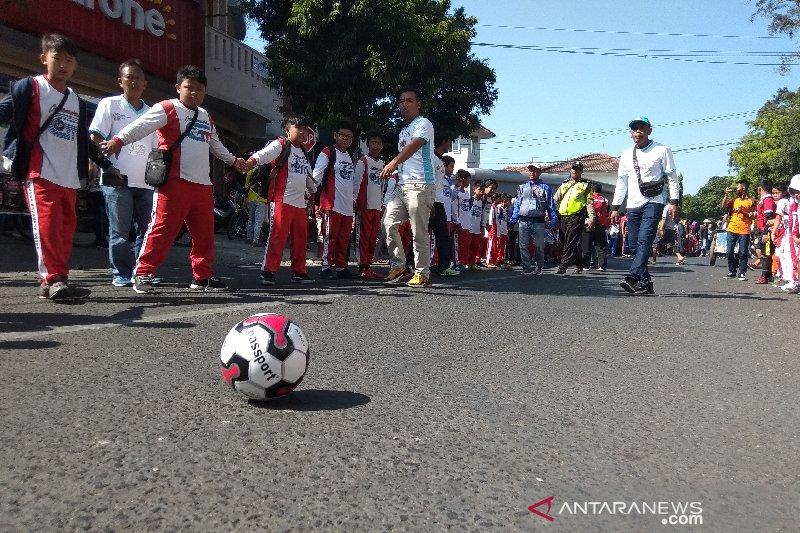 3.000 anak menggiring bola di Kabupaten Garut