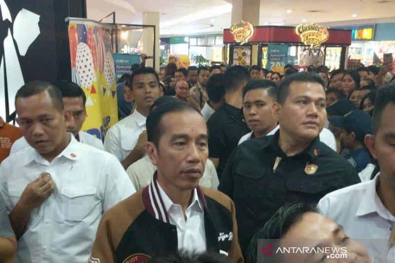 Jokowi bersama keluarga malam mingguan di mal