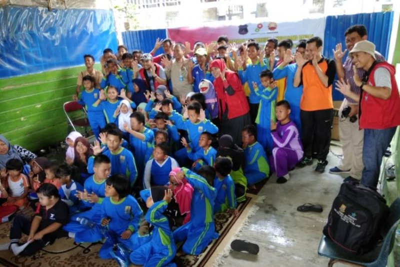 Puluhan siswa SLB terkesima dengar dongeng