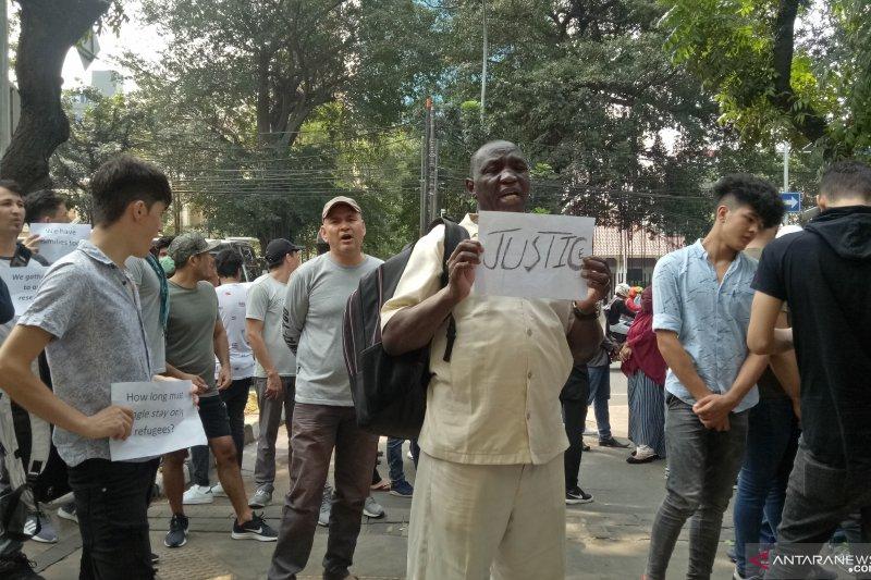 Demonstran pencari suaka tolak mediasi di dalam Gedung UNHCR