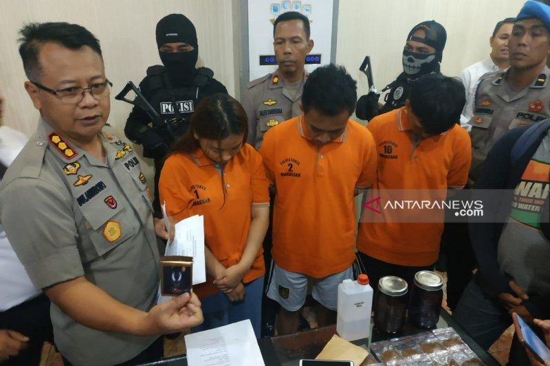 Polrestabes Makassar  ungkap rumah industri tembakau sintetis