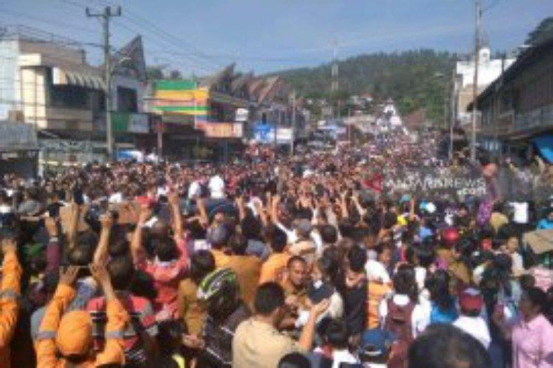 Warga elu-elukan Presiden Jokowi saat tinggalkan Salib Kasih