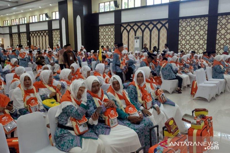 JCH kloter 32 embarkasi Makassar kenakan ihram di pesawat