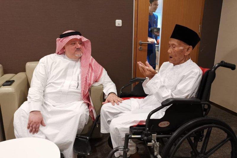 Dubes Saudi antarkan kakek 94 tahun berangkat haji