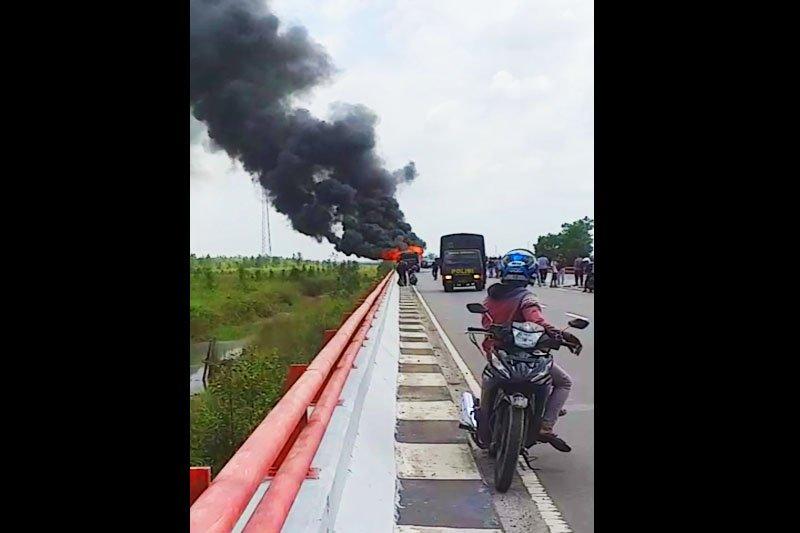 Belasan anggota polisi selamat dari 'maut' bus terbakar di Jembatan Tumbang Nusa