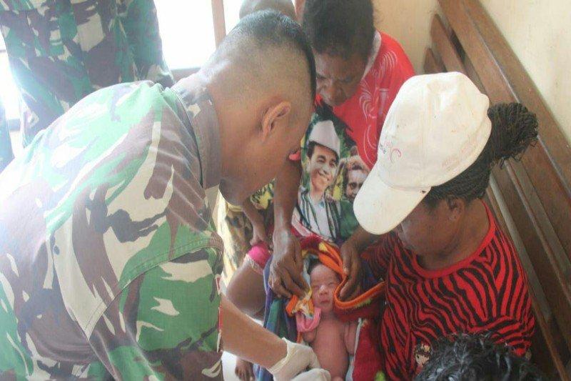 Satgas anggota Yonif 328/DGB bantu persalinan di kawasan perbatasan RI-PNG