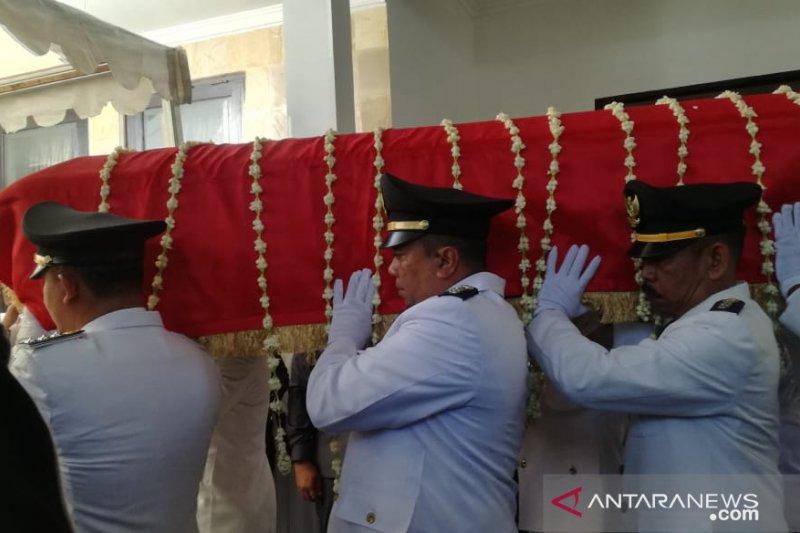 Sembilan Camat Gowa membopong jenazah IYL untuk dishalatkan
