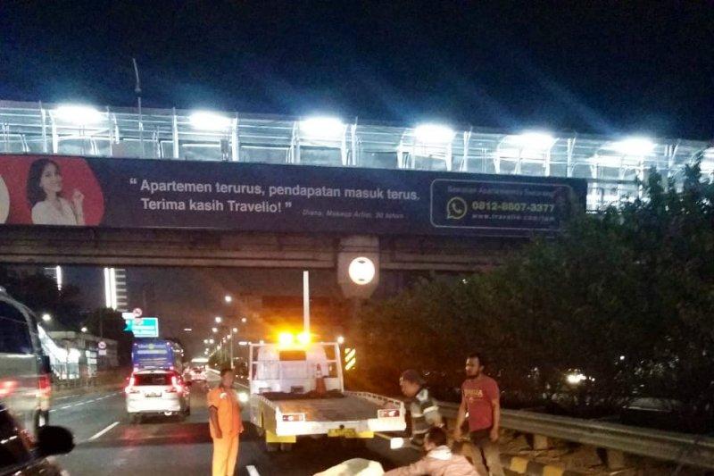 Kecelakaan langka Taxi tabrak sapi di tol Tomang menuju Cawang