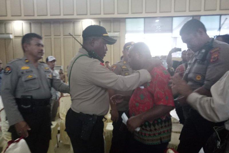Polisi keluarkan seorang pengurus parpol dari ruang rapat pleno KPU Mimika