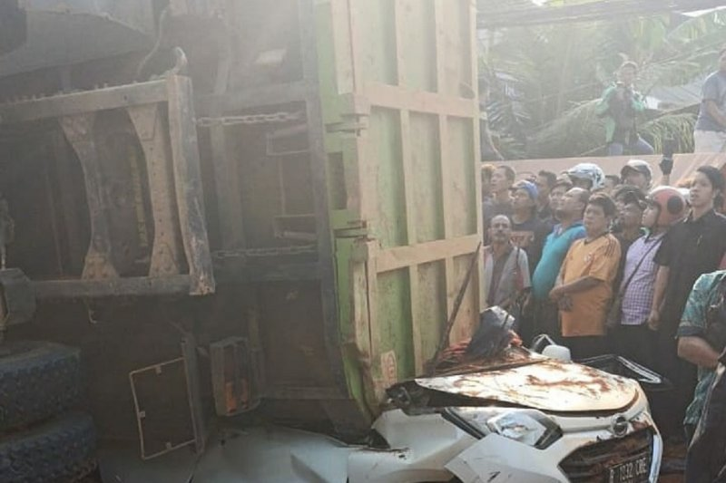 Truk bermuatan tanah terbalik menimpa mobil, empat orang tewas