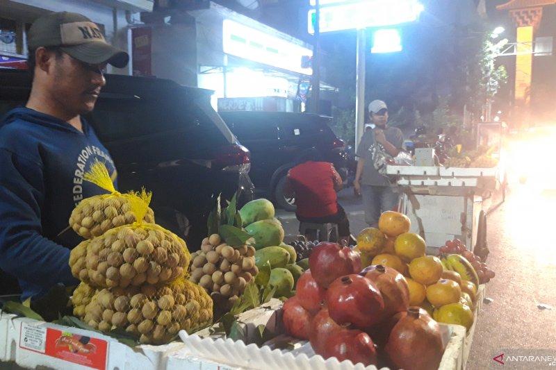 Pedagang buah di Pasar Baru tetap berjualan meski gempa M 7,4