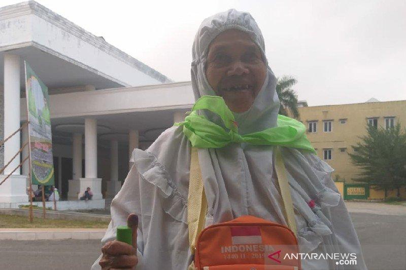 Jamaah haji lansia ke Mekkah dari uang pensiunan guru