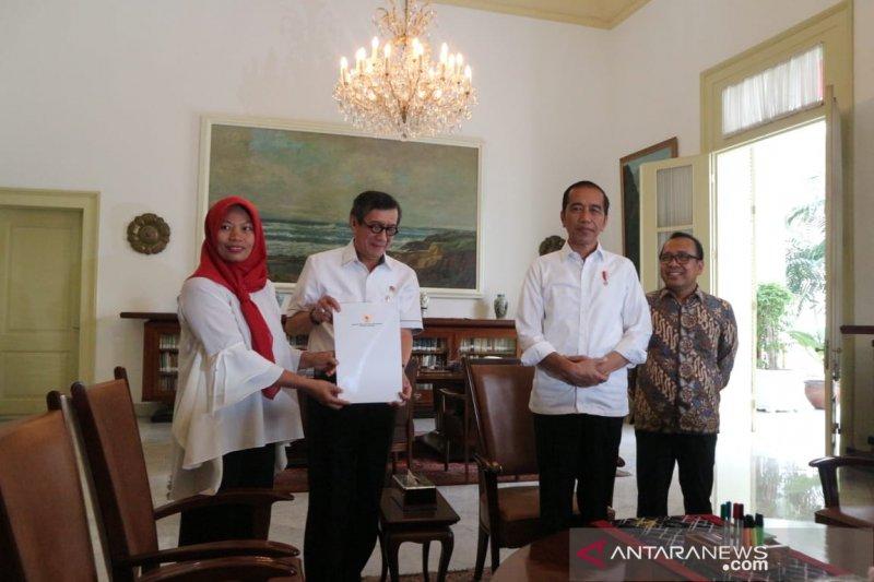 Presiden saksikan penyerahan keppres amnesti Baiq Nuril