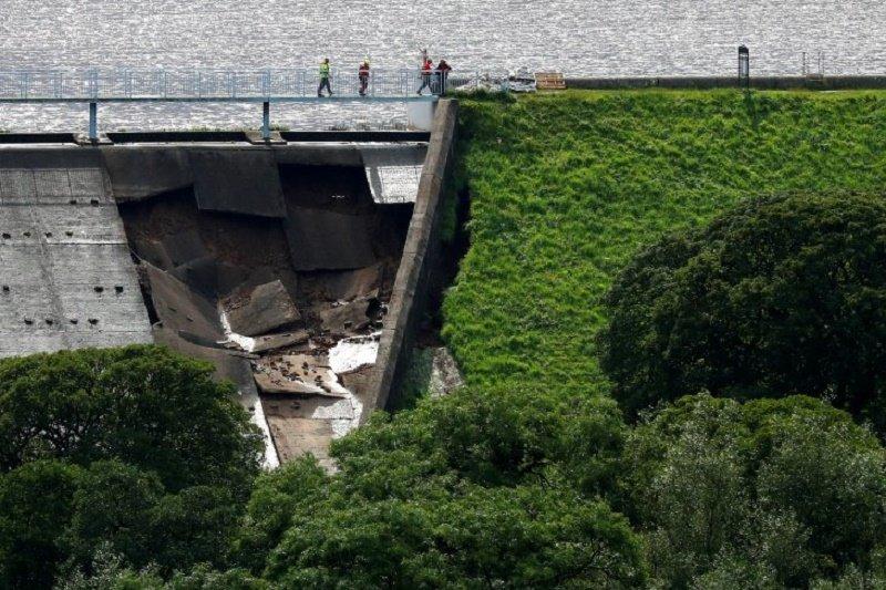 Warga satu kota di Inggris diungsikan karena bendungan alami kerusakan