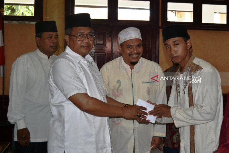 Aceh Barat salurkan beasiswa Rp1 miliar untuk 1.000 santri