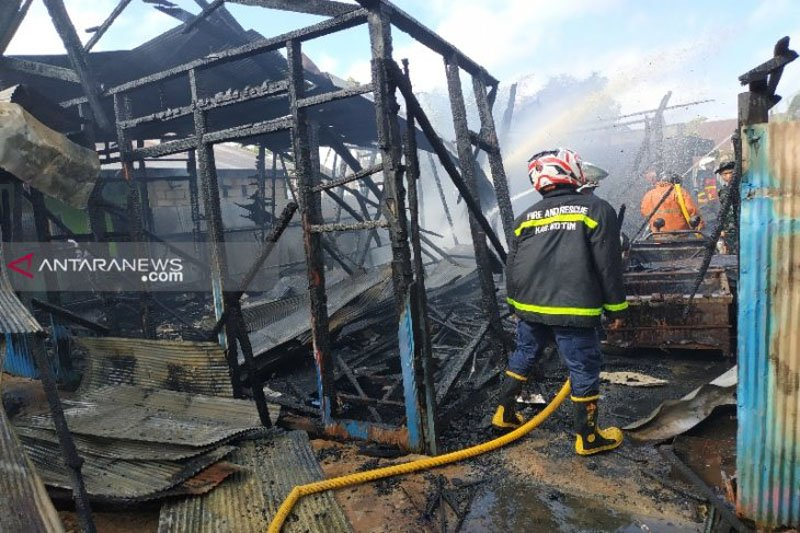 Sebuah rumah warga Sampit terbakar saat ditinggal ke pasar