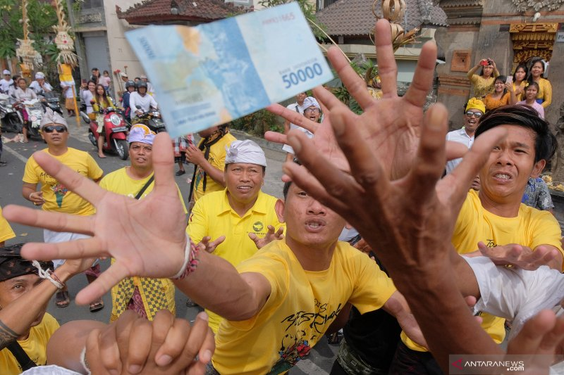 Ratusan warga Banjar Bongan Gede-Tabanan adakan Tradisi Mesuryak