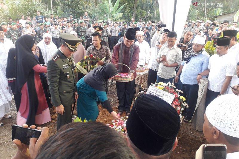 Ribuan warga hadiri pemakaman Bupati Syahiran di Silaping