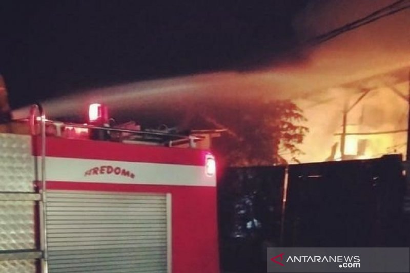 Empat mobil Damkar padamkan kebakaran rumah di Jakarta Barat