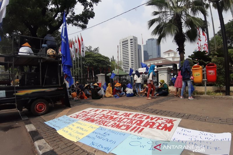 Puluhan nelayan unjuk rasa tolak rencana zonasi wilayah pesisir