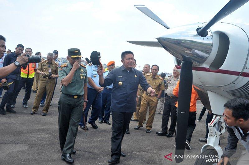 Gubernur mengecek perlengkapan udara untuk patroli kebakaran lahan Foto Page 3