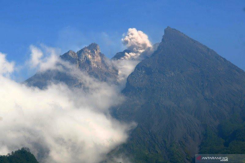 Gunung Merapi  meluncurkan empat guguran lava ke hulu Kali Gendol