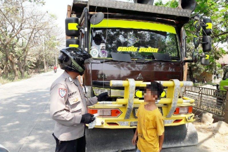 Polisi tilang anak putus sekolah kendarai truk fuso