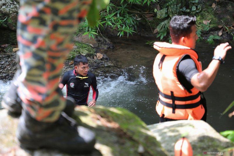 Polisi Malaysia memeriksa 20 orang dalam pencarian remaja Irlandia
