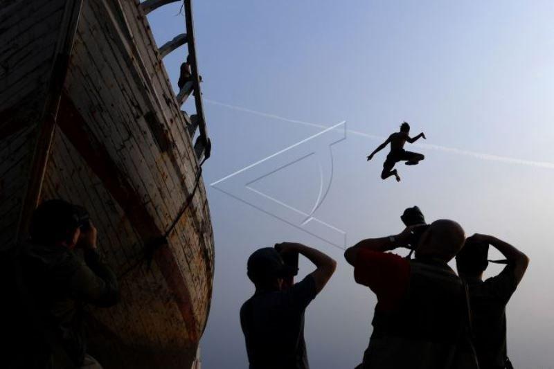 Aksi melompat dari kapal Foto Page 1