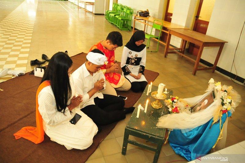 Umat lintas agama berdoa untuk almarhum KH Maimoen Zubair