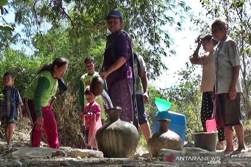 Kesulitan air, warga di Boyolali membuat sumur di sungai kering