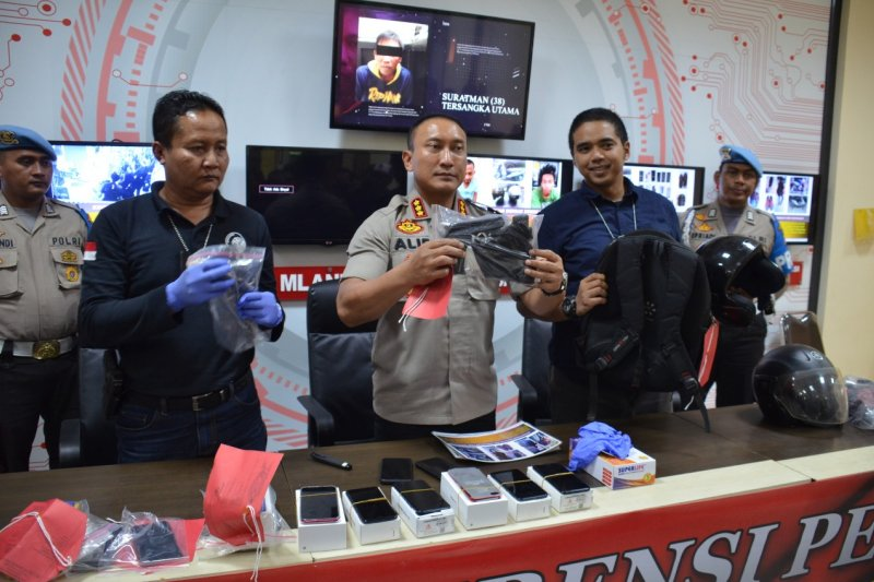 Polresta Tangerang tangkap tiga tersangka perampok toko HP di Cikupa