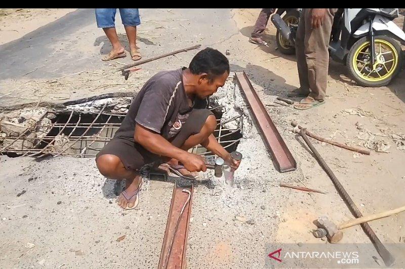 Warga Braja Indah Lamtim swadaya perbaiki jalan rusak